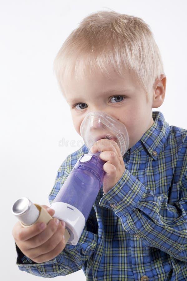 Garçon avec l'inhalateur d'asthme photo libre de droits