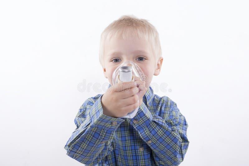 Garçon avec l'inhalateur d'asthme photos libres de droits