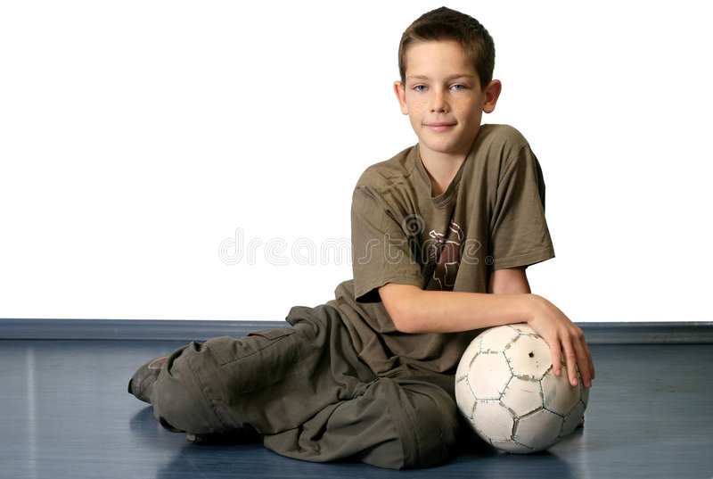 Garçon avec la bille de football photos stock