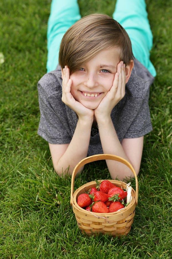 Garçon avec la fraise organique image stock