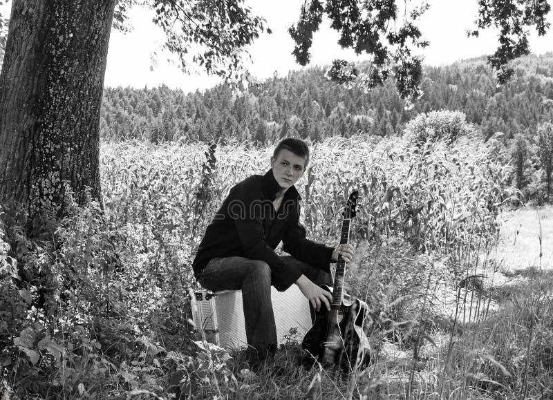 Garçon avec la guitare. photo libre de droits