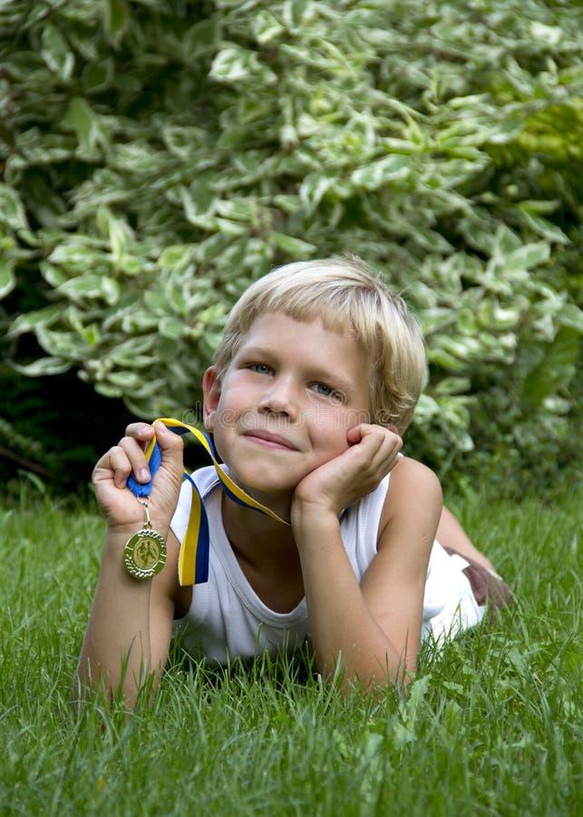 Garçon avec la médaille de sports photos stock