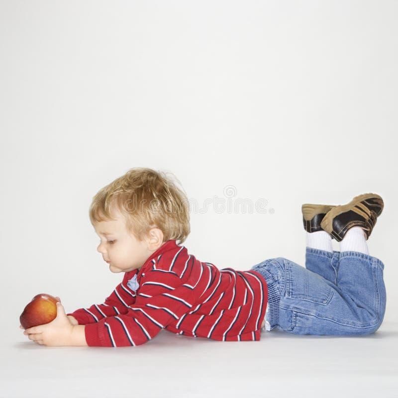 Garçon avec la pomme. images libres de droits