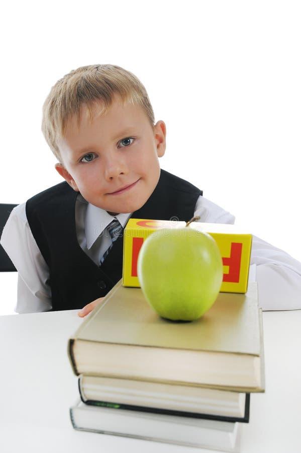 Garçon avec la pomme verte photographie stock