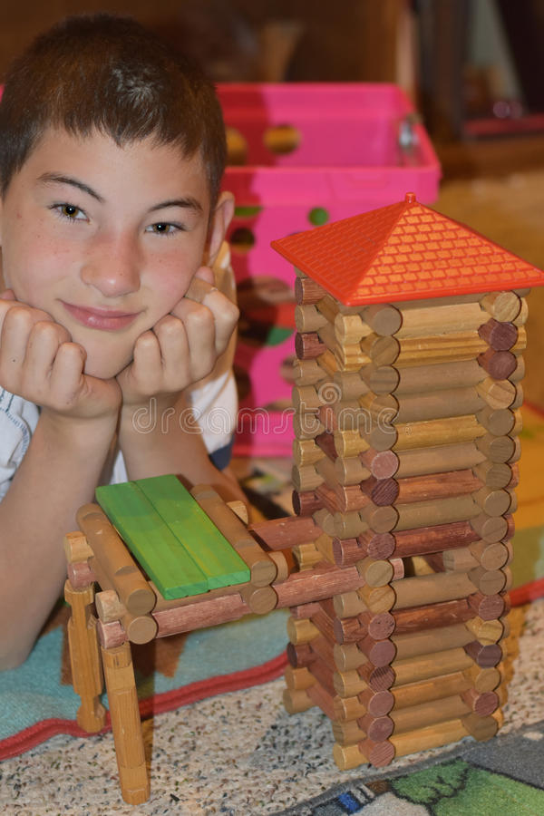 Garçon avec la tour de rondin photo libre de droits