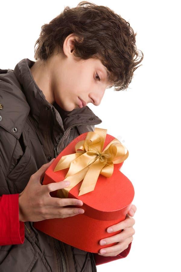 Garçon avec le cadeau de coeur photos stock