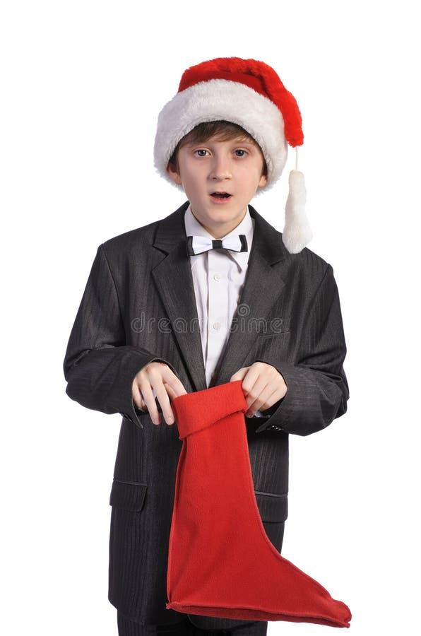 Garçon avec le chapeau rouge et la chaussette rouge, d'isolement images stock