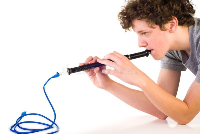 Garçon avec le fifre et le câble de réseau photo libre de droits
