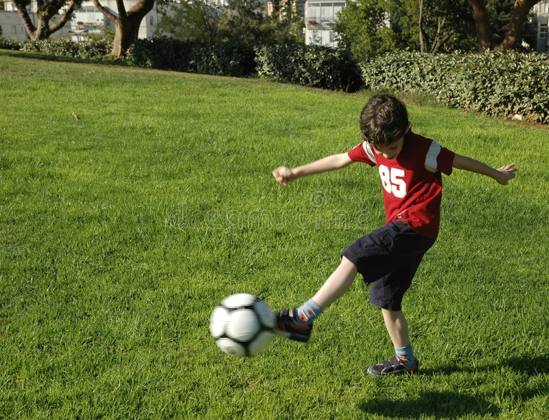 Garçon avec le football photographie stock