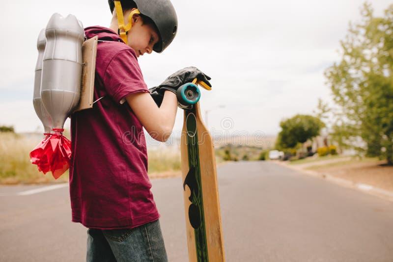 Garçon avec le jetpack et la planche à roulettes photo libre de droits