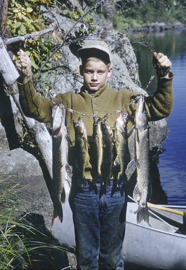 Garçon avec le loquet de pêche images stock
