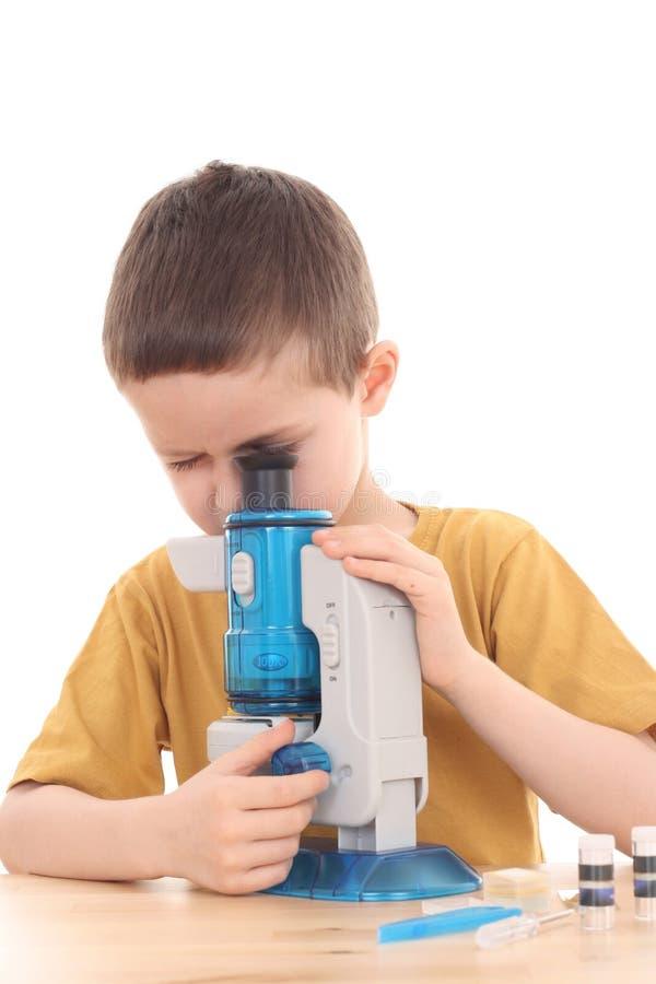 Garçon avec le microscope photographie stock