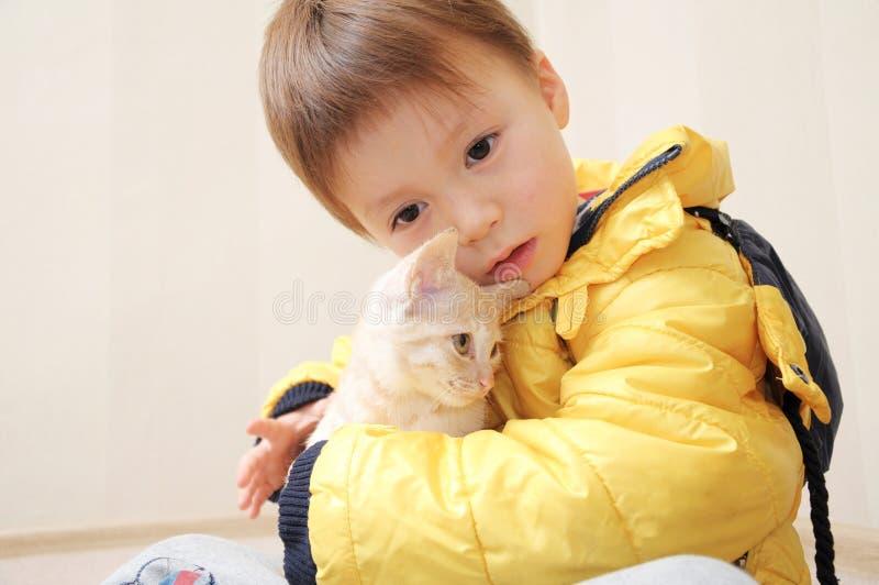 Garçon avec le petit chat photos libres de droits