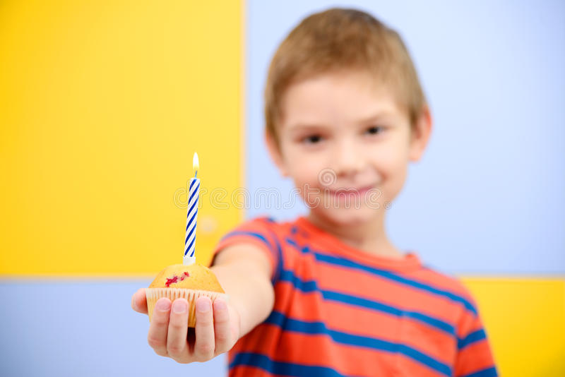 Garçon avec le petit gâteau d'anniversaire photos libres de droits