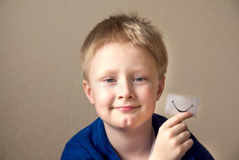 Garçon avec le sourire de papier image stock
