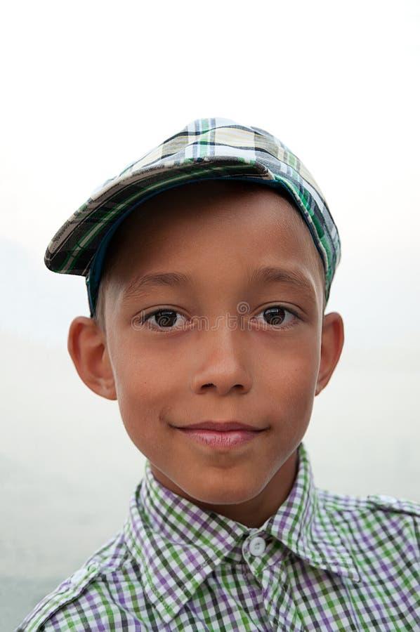 Garçon avec les yeux bruns dans le capuchon photographie stock