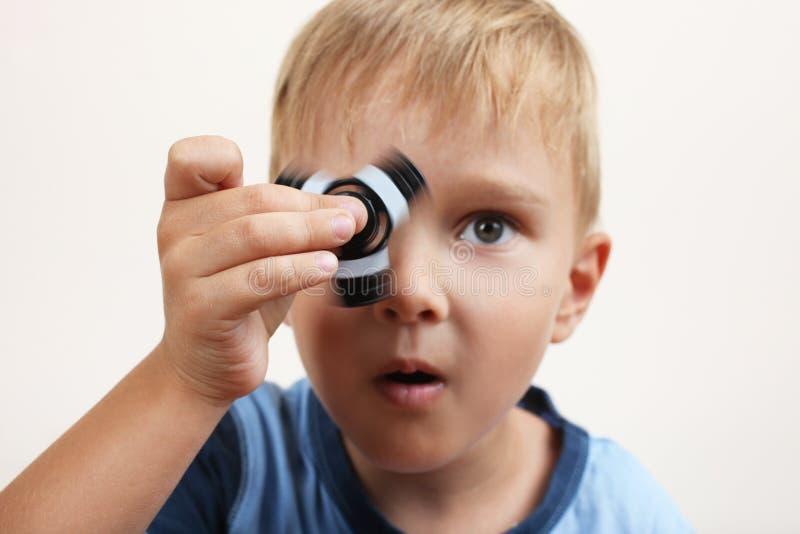Garçon avec un fileur photographie stock libre de droits