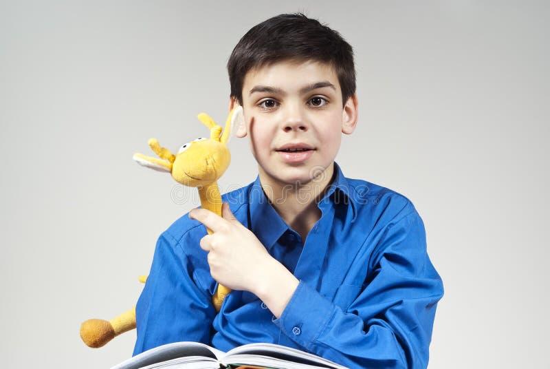 Garçon avec un livre et un jouet photos stock