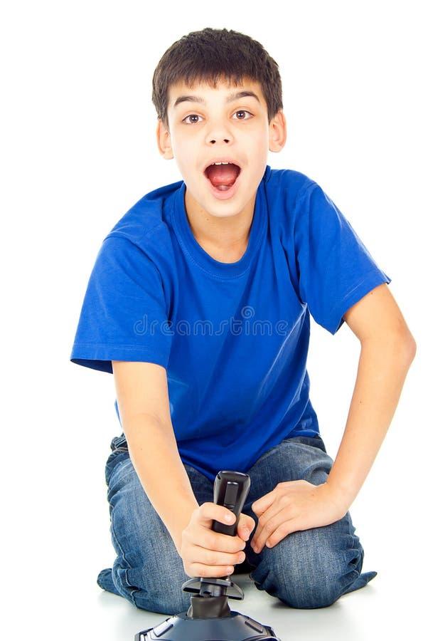 Garçon avec un manche jouant des jeux vidéo photographie stock
