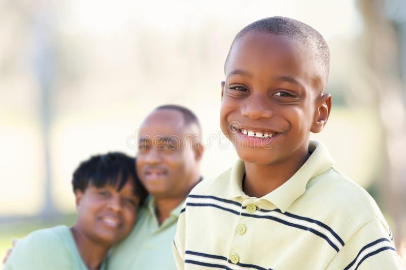 Garçon beau d'Afro-américain avec des parents photographie stock libre de droits