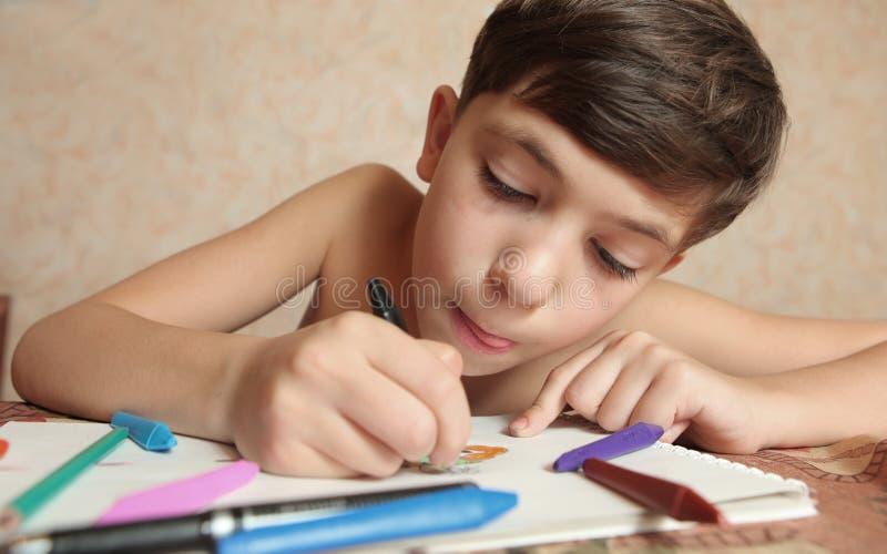 Garçon beau de la préadolescence avec des crayons photos libres de droits