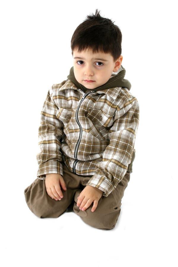 Garçon boudant d'enfant en bas âge photographie stock libre de droits
