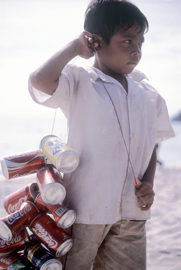 Garçon cambodgien rassemblant des bidons photographie stock