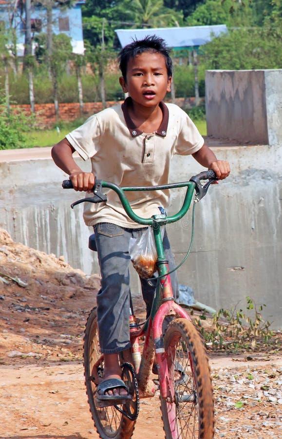 Garçon cambodgien sur le vélo photographie stock libre de droits