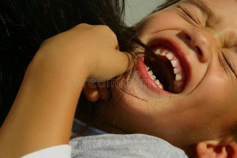 Garçon chatouillé riant images libres de droits