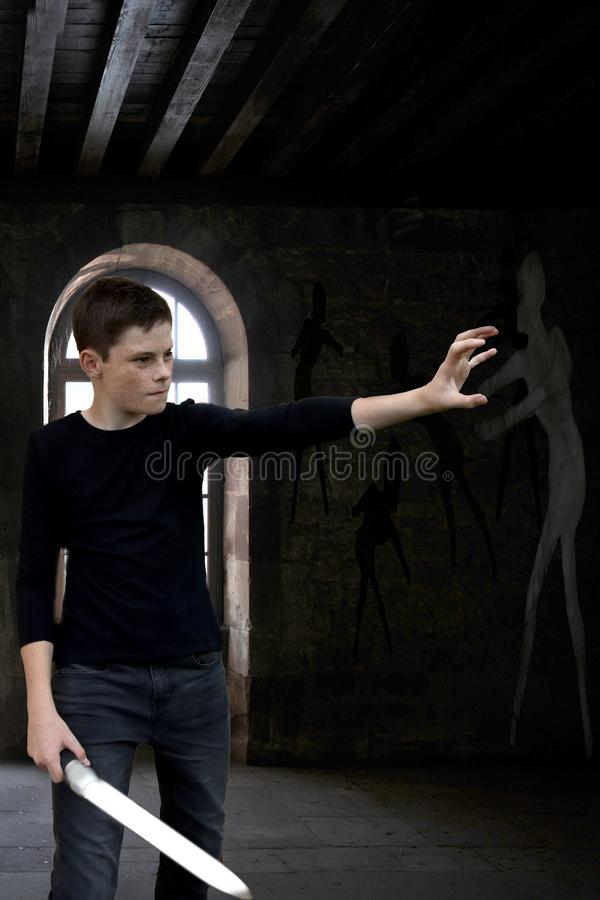 Garçon comme chasseur de fantôme dans un manoir hanté photo libre de droits