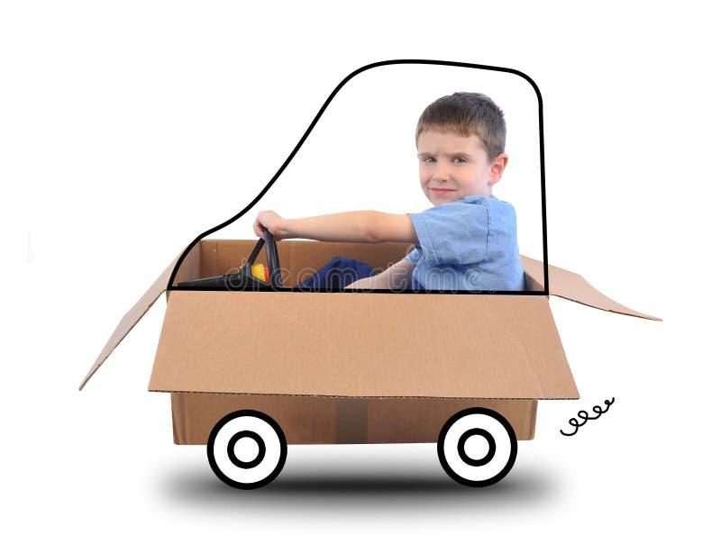 Garçon conduisant le wagon couvert sur le blanc photographie stock