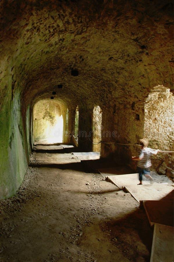 Garçon courageux dans le tunnel de château photo libre de droits