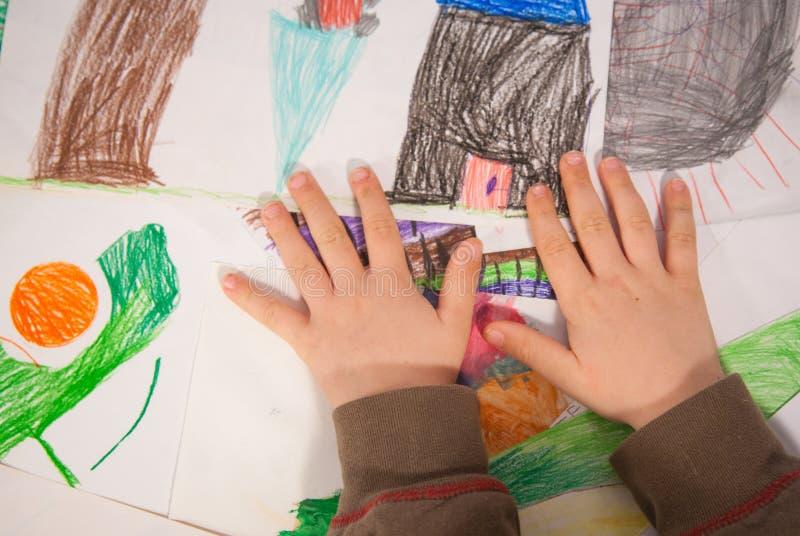 Garçon couvrant des peintures images libres de droits