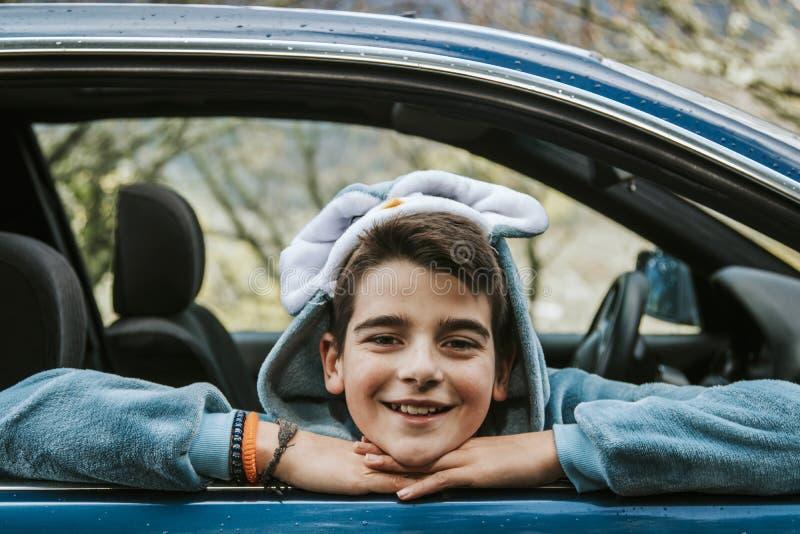 Garçon déguisé comme voiture photographie stock libre de droits