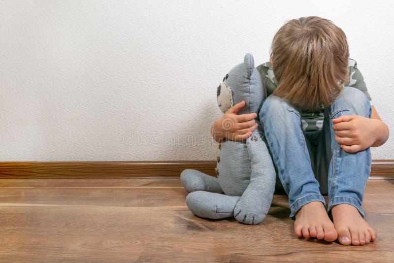 Garçon déprimé triste avec l'ours de nounours image libre de droits