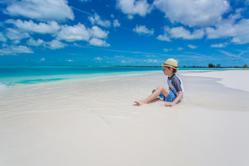 Garçon détendant sur la plage tropicale photo libre de droits