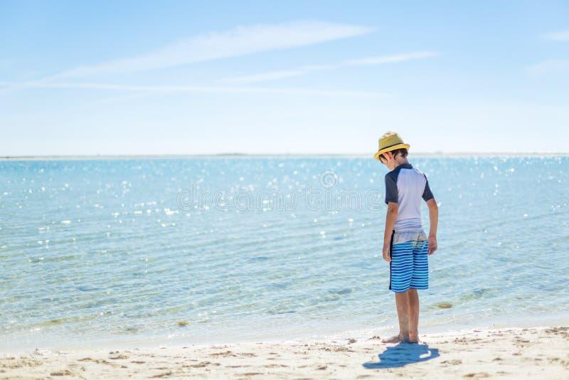 Garçon détendant sur la plage tropicale photographie stock libre de droits