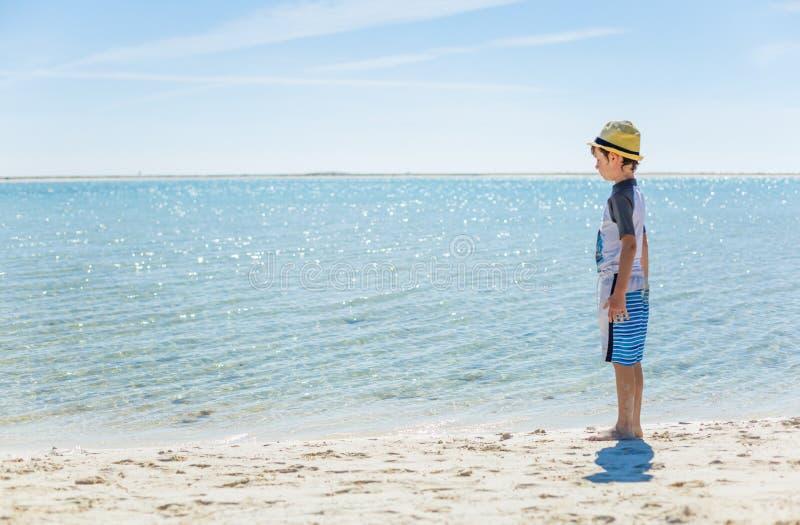 Garçon détendant sur la plage tropicale photo stock