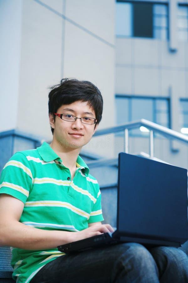 Garçon d'étudiant avec l'ordinateur portatif images libres de droits