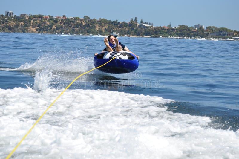 Garçon d'ado de ski de tuyauterie de l'eau image stock