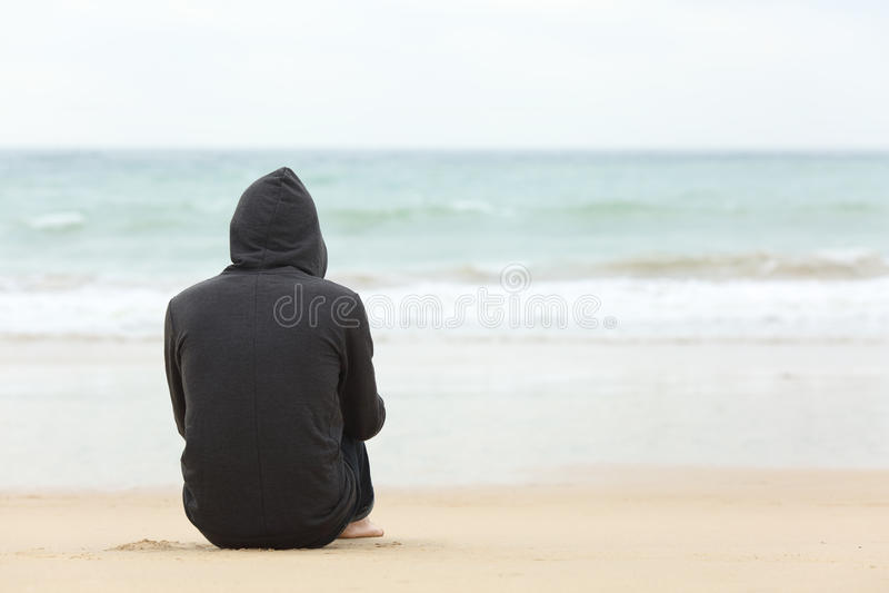Garçon d'adolescent pensant observant la mer images libres de droits