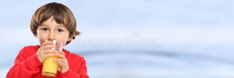 Garçon d'enfant d'enfant buvant la bannière saine de l'espace de copie de copyspace de consommation de jus d'orange photographie stock libre de droits