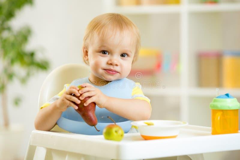 Garçon d'enfant d'enfant de bébé mangeant des fruits photographie stock