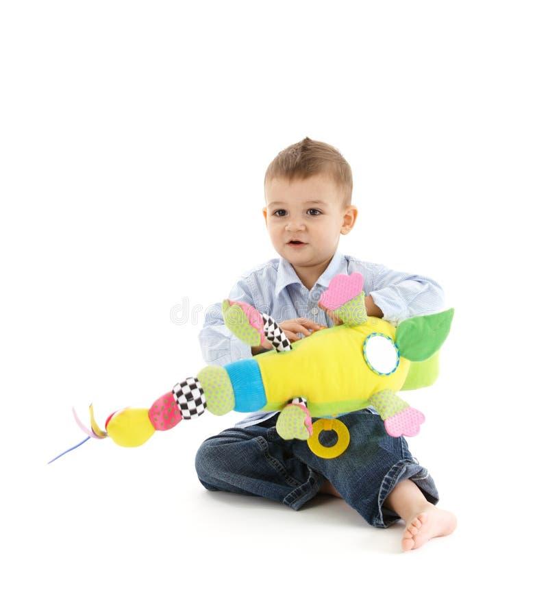 Garçon d'enfant en bas âge avec le jouet mou photos libres de droits