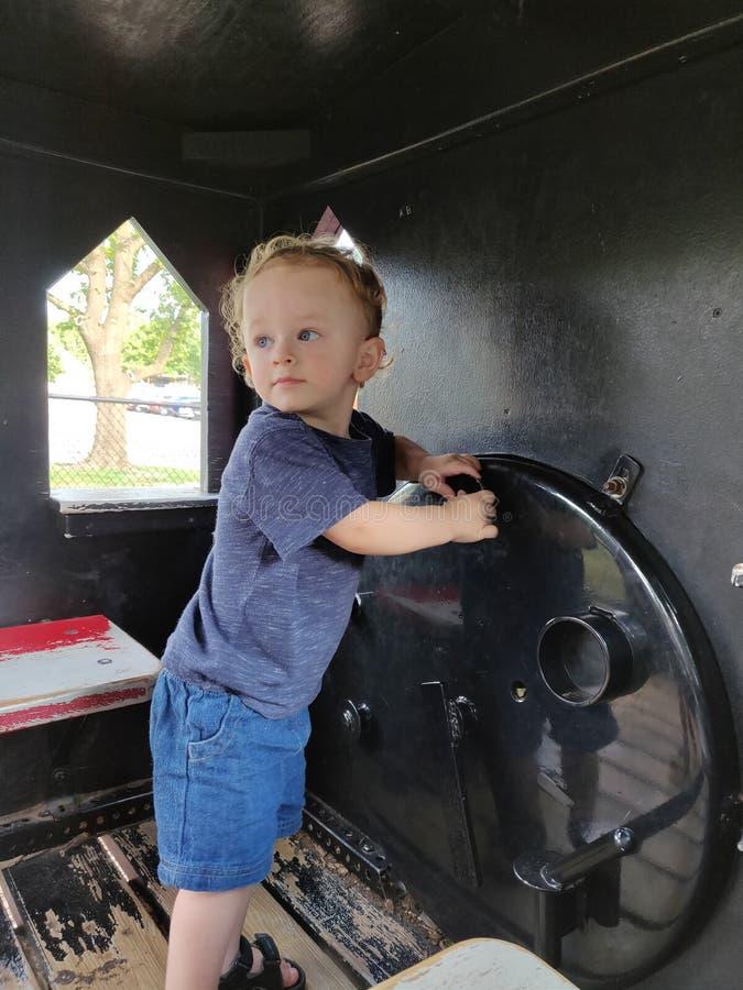 Garçon d'enfant en bas âge jouant à un parc photo stock