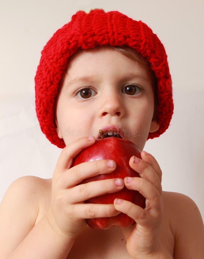 Garçon d'enfant en bas âge mangeant une pomme images libres de droits