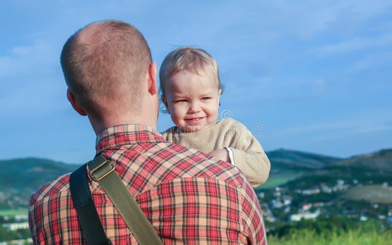 Garçon d'enfant en bas âge sur l'épaule de son père photographie stock