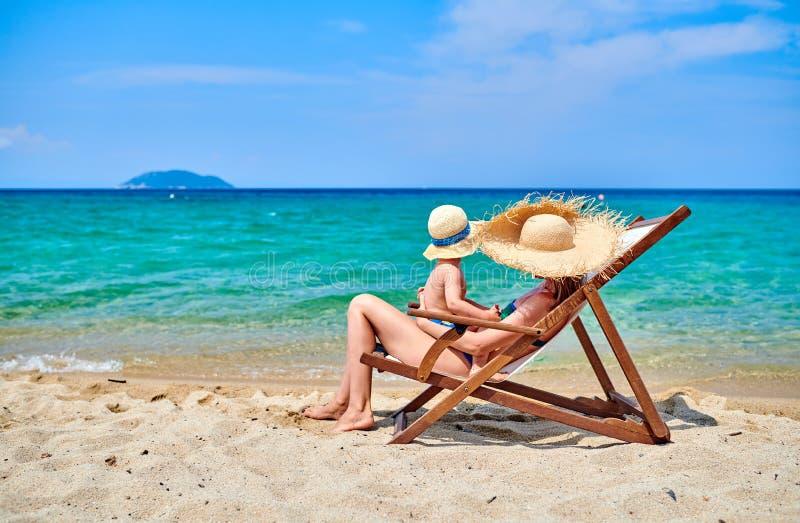 Garçon d'enfant en bas âge sur la plage avec la mère images stock