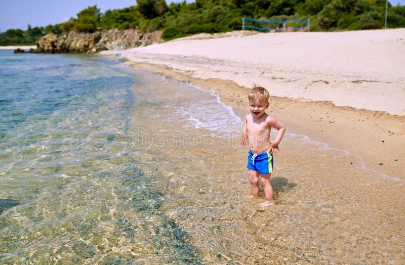 Garçon d'enfant en bas âge sur la plage photo stock
