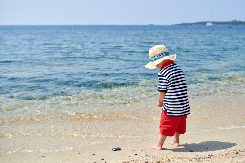 Garçon d'enfant en bas âge sur la plage photo libre de droits